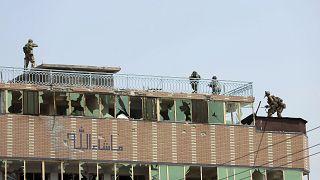 El personal de seguridad afgano toma posición en la cima de un edificio donde se escondían los yihadistas, en la ciudad de Jalalabad, Afganistán, el 3 de agosto de 2020.