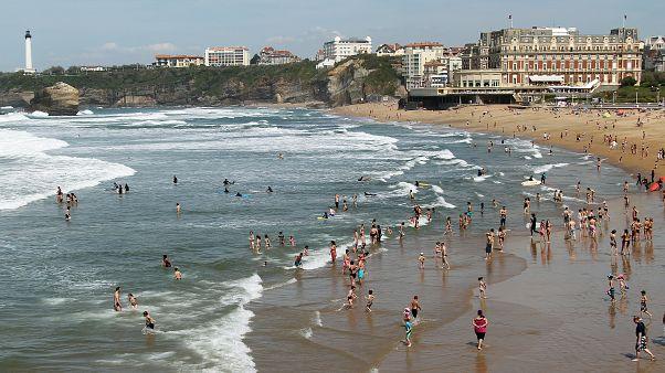 إلزام مرتادي الشواطئ والمتنزهات على ارتداء الكمامات في عدة مناطق فرنسية