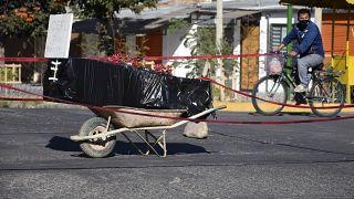 Un ataúd envuelto en plástico que contiene los restos de un hombre no identificado en Cochabamba, Bolivia, el 4 de julio de 2020.