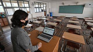 معلمة خلال حصة افتراضية