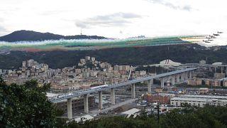 La escuadra acrobática de la Fuerza Aérea Italiana vuela sobre el nuevo puente de San Giorgio con motivo de su inauguración en Génova, Italia, el lunes 3 de agosto de 2020.