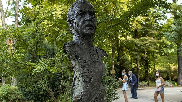 Άγαλμα του πρώην βασιλιά της Ισπανίας Χουάν Κάρλος Α' στο πάρκο Campo del Moro στη Μαδρίτη