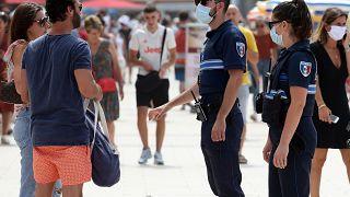 Des policiers français demandent aux passants de porter un masque, Biarritz, France, le 3 août 2020