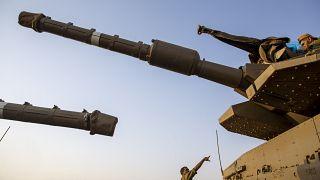 جنود إسرائيليون يعملون على دبابات في مرتفعات الجولان 28 يوليو 2020