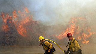 Πυροσβέστες δίνουν μάχη με τις φλόγες