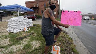 Michael Bledsoe vend des sacs de sable à l'approche de la tempête tropicale Isaias à Wilmington, en Caroline du Nord, le lundi 3 août 2020
