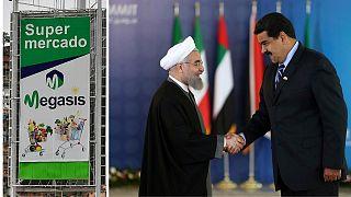 À gauche, une affiche du supermarché iranien Megasis à Caracas. À droite, Hassan Rohani et Nicolas Maduro, à Téhéran, le 23 novembre 2015 (archives)