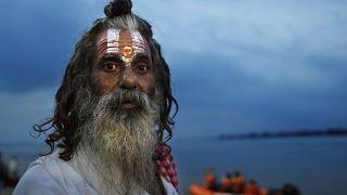 رجل مقدس هندوسي يستعد للاحتفال في معبد للإله الهندوسي رام بأيوديا، في ولاية أوتار براديش الهندية