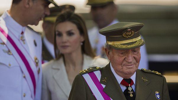 El rey Juan Carlos I junto al rey Felipe VI y la reina Letizia durante un acto oficial