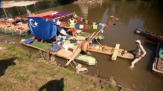 """Hongrie : course de bateaux en mode """"écolo"""" sur la rivière Tisza"""