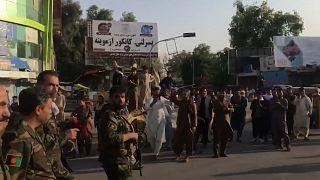 تشویق نیروهای امنیتی افغانستان توسط مردم جلال آباد