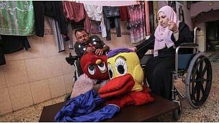 نهاد وزينب يحيكان الدمى والألعاب الملونة في غزة
