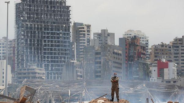Un soldato tra i detriti causati dall'esplosione al porto di Beirut, in Libano