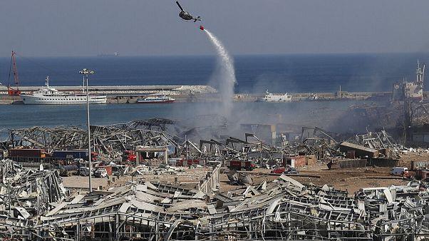 Un hélicoptère militaire largue de l'eau sur les lieux de l'explosion, Beyrouth, Liban, le 5 août 2020