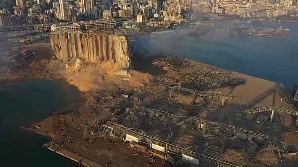 El puerto de Beirut destruído por una tremenda explosión
