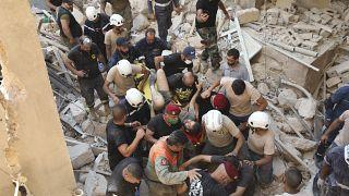 مسعفون يقتادون أحد الجرحى جراء الإنفجار إلى سيارة إسعاف