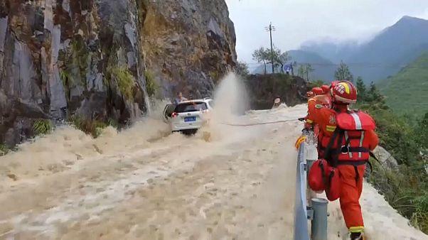 إنقاذ ثلاثة مسافرين حاصرتهم الفيضانات في الصين