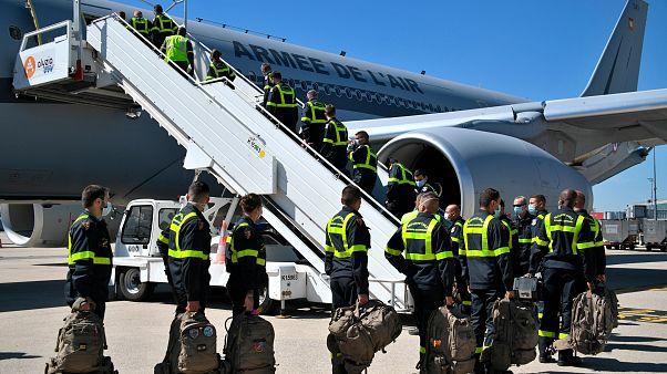 Rescatadores de la Seguridad Civil francesa abordan un avión militar en el aeropuerto de Roissy con destino al Líbano, el 5 de agosto de 2020.