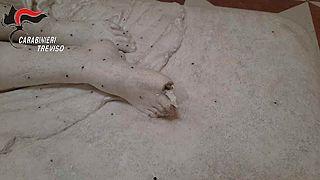 Tarihi eserlerle poz veren turist, 200 yıllık heykelin parmaklarını kırdı