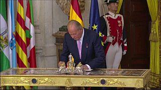 El rey emérito Juan Carlos I firmando su abdicación en 2014