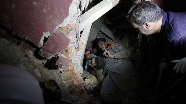 Soldados libaneses buscan supervivientes tras una explosión masiva en Beirut, Líbano, el 5 de agosto de 2020.