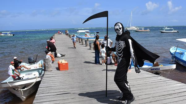 """رجل يتنكر بزي """"الموت"""" لنشر التوعية حول وباء كوفيد 19 في المكسيك"""