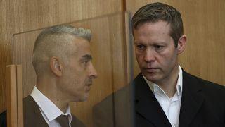اشتفان ارنست (راست) در کنار مصطفی قاپلان، وکیل خود در دادگاه