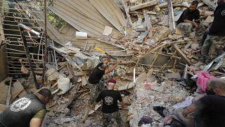 جنود لبنانيون يبحثون عن ناجين
