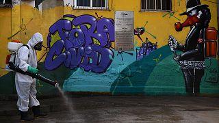 Désinfection dans la Favela de Santa Marta à Rio de Janeiro, au Brésil, le 1er août 2020