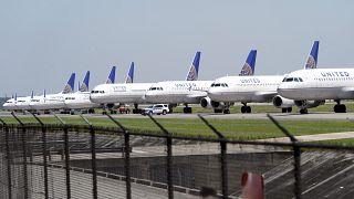 طائرات يونايتد ايرلاينز متوقفة في مطار جورج بوش انتركونتننتال بسبب تقليص عدد رحلاتها جراء فايروس كورونا