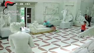 سائح نمساوي يتسبب بتشويه تمثال في متحف إيطالي دون قصد