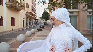 Lübnan'daki patlama esnasında düğün fotoğrafı için poz veren Israa Seblani