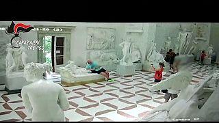 Селфи на фоне скульптуры: статуя лишилась пальцев