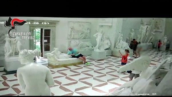 Turista destroi dedos dos pés de uma estátua de Canova