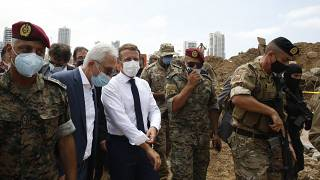 الرئيس الفرنسي إيمانويل ماكرون أثناء زيارته لموقع الانفجار في العاصمة اللبنانية