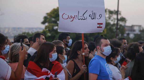 الجالية اللبنانية في باريس أثناء الوقفة الاحتجاجية أمام كنيسة القلب المقدس تخليداً لذكرى ضحايا انفجار بيروت