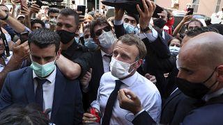 Emmanuel Macron visita el barrio libanés de Gemayzeh, que sufrió grandes daños por la explosión que destruyó el puerto marítimo de Beirut, Líbano. 6 de agosto de 2020.