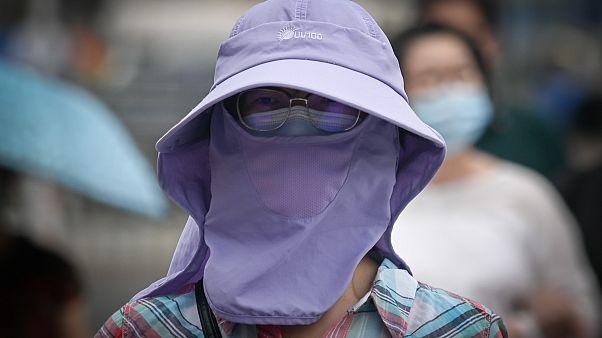Çin'in başkenti Pekin'de Covid-19'a karşı maske takan bir kadın