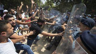 معترضان به قطع شدید برق در لبنان، در برابر وزارت انرژی این کشور، با پلیس درگیر شدهاند. ۴ اوت ۲۰۲۰