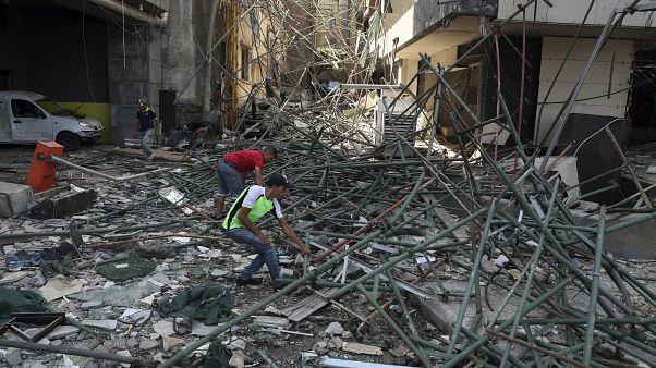انفجار بندر بیروت؛ صدایی که همچنان شنیده میشود جارو شدن خرده شیشههاست