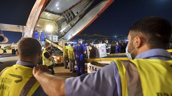 Los trabajadores descargan la ayuda humanitaria proveniente de Rusia en un aeropuerto de Beirut, Líbano, el 5 de agosto de 2020.