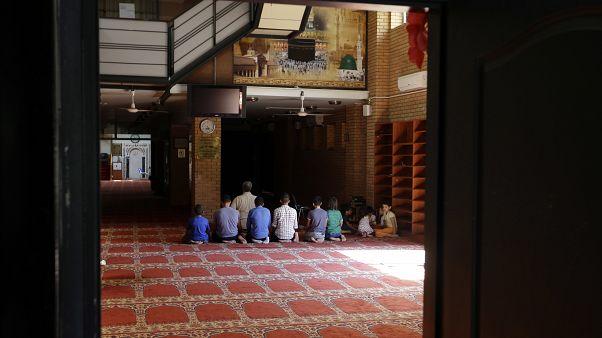 مهاجرون مسلمون يعيشون في اليونان يصلون في المركز الثقافي اليوناني العربي، وهو موقع صلاة للمسلمين في أثينا - صورة من الأرشيف