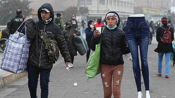 Limai utcai árusok igyekeznek haza a kijárási tilalom előtt