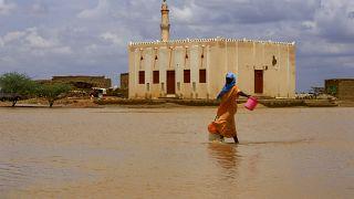 Les Soudanais déplacés cherchent un abri au milieu d'inondations meurtrières
