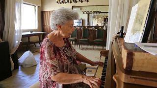 May Melki tocando el piano en su casa de Beirut tras la explosión
