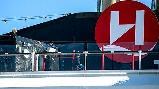 خدمه کشتی در حال ضدعفونی کردن کشتی در بندر ترومسو نروژ