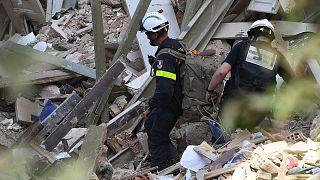 Des secouristes français cherchant des survivants dans le quartier de Gemmayzé à Beyrouth, le 6 août 2020
