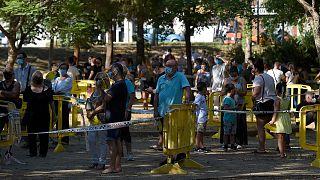 Des personnes attendant de se faire dépister à Ripollet en Catalogne, le 6 août 2020
