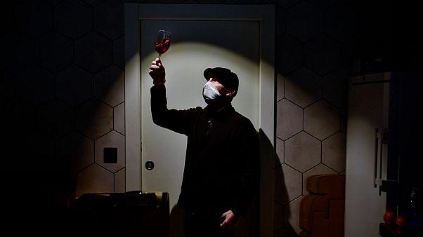 Weinprobe mit Maske