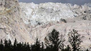 نهر  بلانبينسيو الجليدي القريب من قمّة مونت بلانك في سلسلة جبال الألب